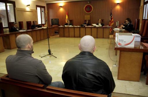 Los dos acusados, ayer en Audiencia Provincial.