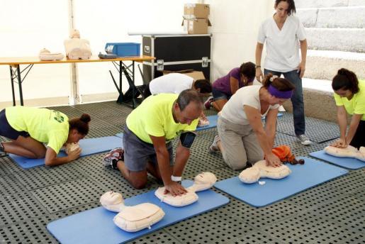 Imagen de archivo de varias personas practicando maniobras de reanimación cardiopulmonar.