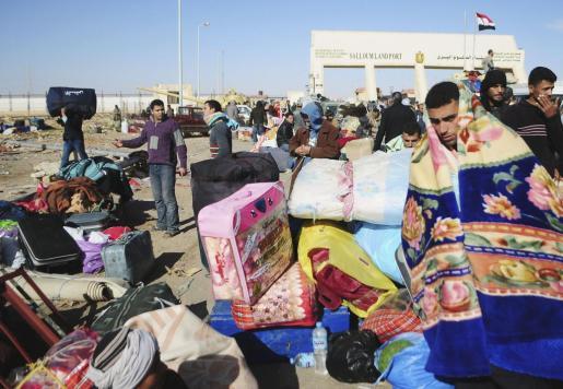 Egipcios regresan de Libia a través del puesto fronterizo de Salloum (Egipto), hoy, miércoles, 23 de febrero de 2011. De acuerdo con las informaciones publicadas en los medios locales, muchos egipcios residentes en Libia regresaron a su país ante las represiones violentas de las manifestaciones contra el régimen de Muamar el Gadafi.