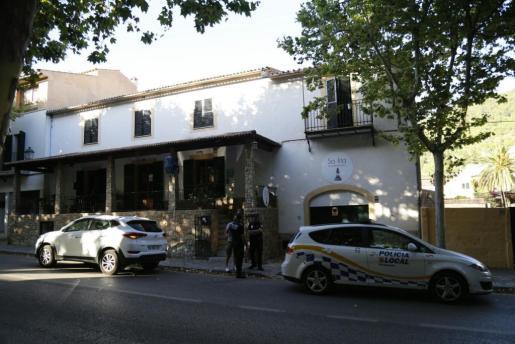 Agentes de la Policía Local de Esporles ante el hostal donde se ha producido el suceso.