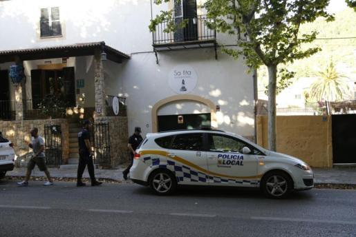 La policía ante el hostal Sa Fita de Esporles.