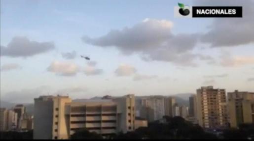 Imagen del helicóptero, sobrevolando el Tribunal Supremo de Venezuela.