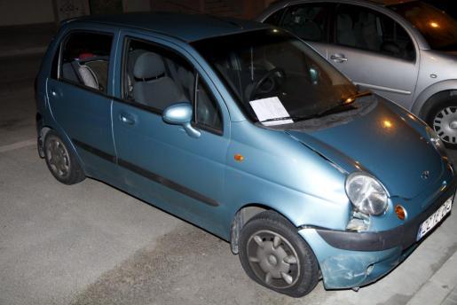 Imagen de uno de los vehículos con el neumático pinchado.