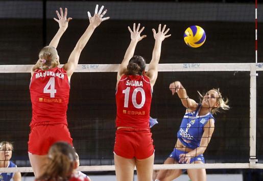 Cati Pol remata ante el bloqueo de las jugadoras del Ekaterimburgo Maryuhnich y Salina.