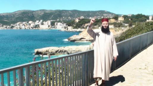 Imagen del supuesto yihadista, en Mallorca. Detrás de él, el palacio de Marivent.