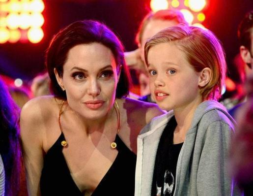 Angelina junto a Shiloh.