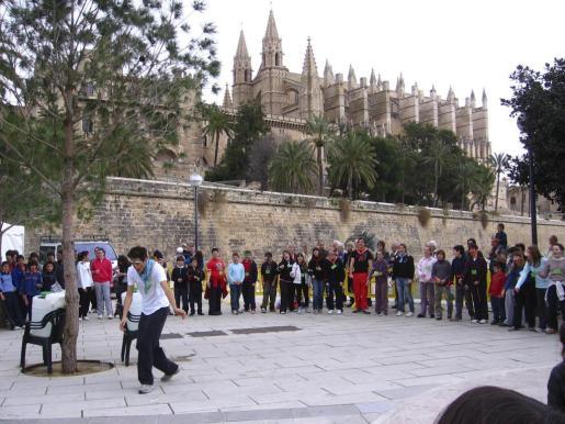 Jocs populars al Parc de la Mar, davant La Seu, amb motiu del Dia de les Illes Balears.