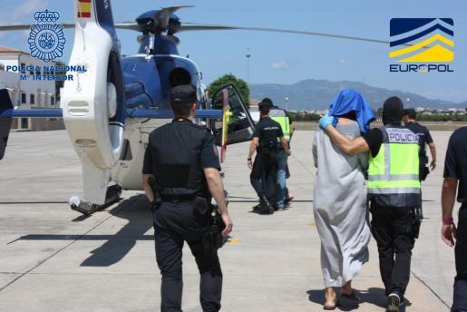 Momento del traslado de los detenidos en Inca, Ariany y Binissalem, acusados de integrar una célula de propagan de Dáesh.