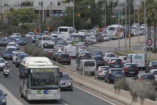 El descenso de temperaturas y la amenaza de lluvia provocaron atascos en la autopista.