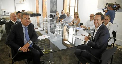 El consejero delegado de Air Nostrum, Carlos Bertomeu, en primer plano al lado del conseller Marc Pons.