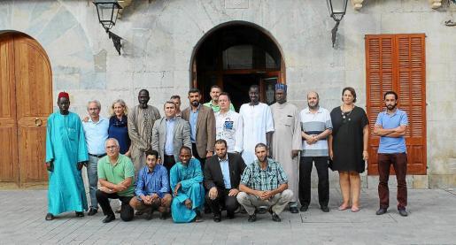 Dirigentes del Ajuntament y de la comunidad musulmana de Inca escenificaron la unidad contra el terrorismo.