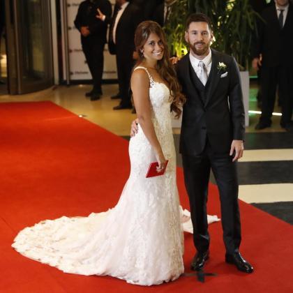 El jugador argentino Lionel Messi (d) y su esposa Antonella Rocuzzo posan tras casarse en Rosario (Argentina).