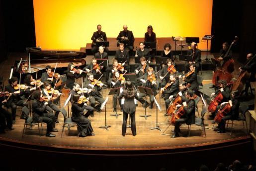 La Orquestra de cambra Illa de Menorca, durant el concert oferit amb motiu del Dia de les Illes Balears.