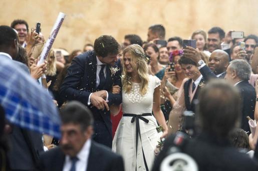 El jugador de baloncesto del Real Madrid Sergio Llull y su novia Almudena Cánovas, saliendo de la iglesia donde se han casado.