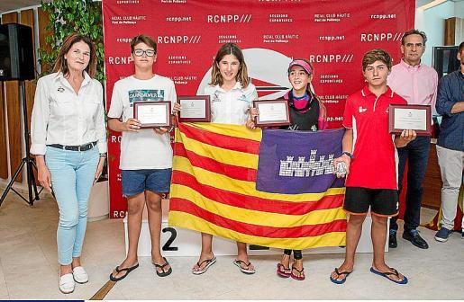 Los diferentes campeones, con la presidenta de la RFEV, Julia Casanueva.