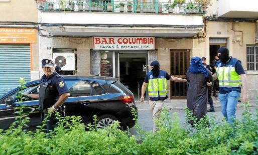 Abdelkader Mahmoudi era, para los investigadores, el más radicalizado de los cuatro yihadistas detenidos en Mallorca. Residía en Inca y había planeado una masacre en la plaza del Ayuntamiento de esa ciudad. El método que tenía pensado, a falta de armas de fuego o explosivos, era un apuñalamiento masivo de vecinos.