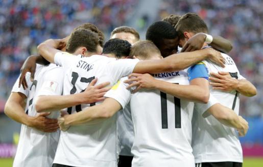 Los jugadores alemanes se abrazan tras la consecución del único tanto del partido.