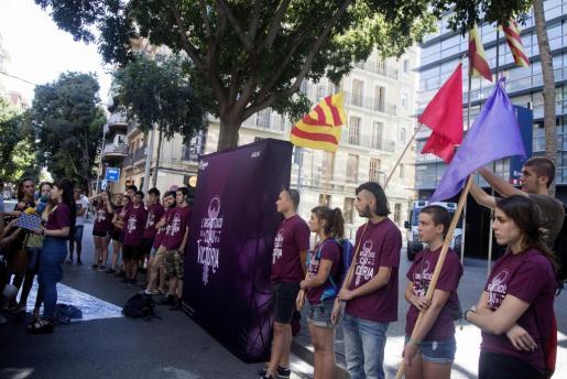 La organización independentista Arran se concentra frente a la comisaría de los Mossos de Les Corts de Barcelona, a donde ha sido trasladado el joven militante detenido por el intento de ocupación de la sede del PP en Barcelona.