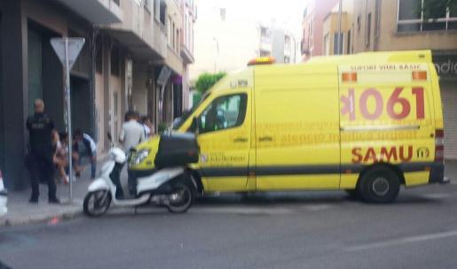 La ambulancia ha atendido a la joven y después la ha trasladado a un centro hospitalario.