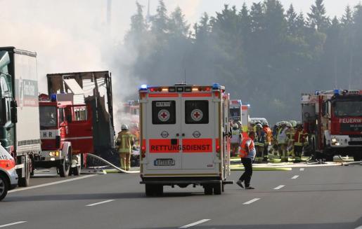 Los servicios de emergencias, en la zona donde ha tenido lugar el accidente de tráfico.