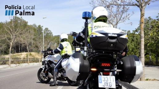 Imagen de archivo de dos agentes de la Policía Local de Palma.
