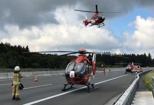 Los equipos de rescate se disponen a trasladar los cuerpos de los fallecidos.