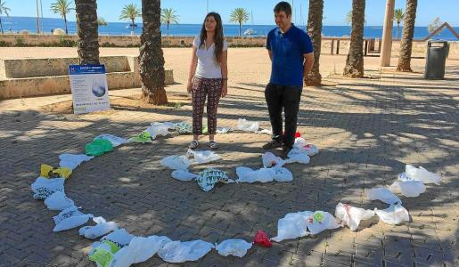 Neus Truyol y Josep M. Rigo visibilizaron en Dalt Murada el consumo medio de bolsas por una familia, unas 40 al mes.