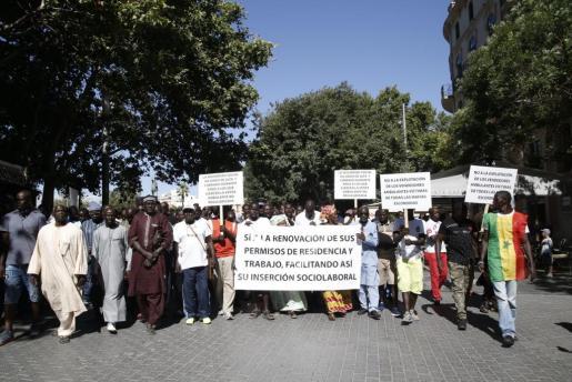 El colectivo de senegaleses de Mallorca se manifestó ayer para reclamar condiciones más favorables para la obtención de los permisos de residencia y para que se deje de juzgar a los vendedores ambulantes como delincuentes.