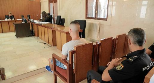 El autor confeso de la agresión, ayer, en el banquillo de los acusados de la Audiencia de Palma.