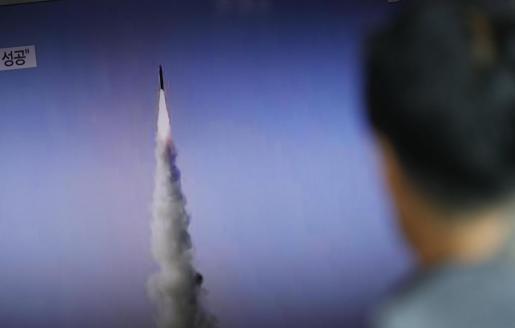 Fotografía de archivo fechada el 22 de mayo de 2017 que muestra un hombre surcoreano viendo por televisión las noticias que informan sobre el lanzamiento de misiles balísticos de mediano alcance por parte de Corea del Norte.