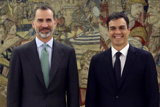 El Rey posa junto al secretario general del PSOE, Pedro Sánchez (d), a quien recibió hoy en audiencia en el Palacio de la Zarzuela, con motivo de su reciente designación como líder socialista tras las elecciones primarias celebradas en el partido.