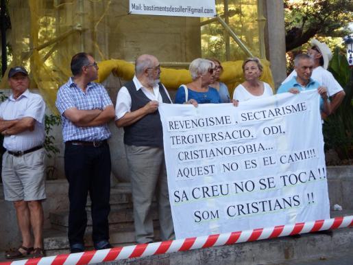 Varios vecinos se han concentrado para protestar por la acción del equipo de gobierno municipal.