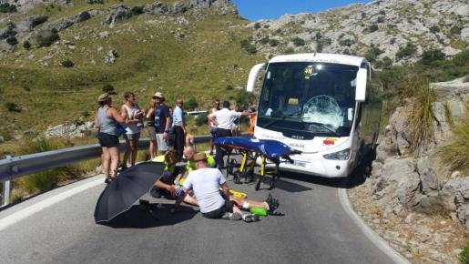 El ciclista, tendido en el suelo recibiendo la atención de los servicios de emergencias.