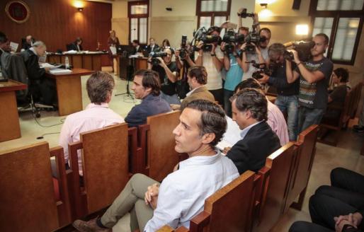 Imagen de los hermanos Ruiz Mateos sentados en el banquillo de los acusados.
