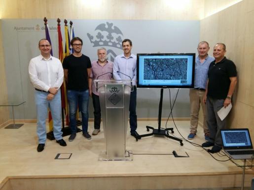 Miembros del IMI y del Ayuntamiento de Palma durante la presentación del mapa cartográfico de la ciudad.