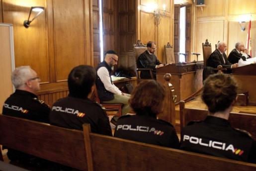 David Oubel, conocido como el doble parricida de Moraña y para quien el fiscal pide la pena de prisión permanente revisable, se enfrenta a un juicio acusado de acabar con la vida de sus dos hijas, de 5 y 9 años.