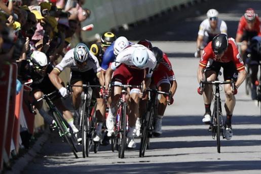 El ciclista eslovaco del equipo Bora Hansgrohe Peter Sagan (2i) empuja al inglés del equipo Dimension Data Mark Cavendish (i) durante el esprint final de la 4ª etapa del Tour de Francia, disputada entre las localidades luxemburguesa de Mondorf-Les-Bains y gala de Vittel hoy, 4 de julio de 2017. El británico Mark Cavendish fue trasladado a un hospital y sufre una posible fractura de clavícula.