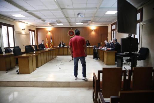 Imagen del acusado instantes antes de la celebración de la vista.