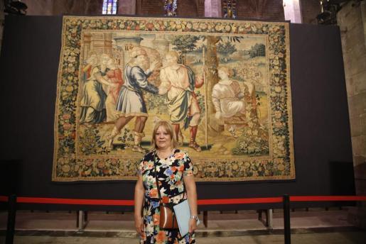 La restauradora Pepa Garrido, en la Seu junto a uno de los tapices.