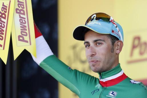 El ciclista italiano Fabio Aru del Astana celebra su victoria en el podio en la quinta etapa del Tour de Francia
