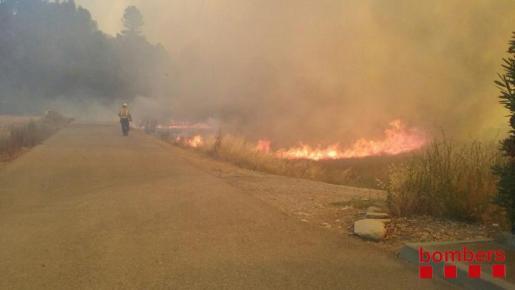Debido al incendio, se ha cortado la circulación de la carretera B-431, en ambos sentidos de la marcha a su paso por Avinyó, así como la BP-4312, también en la misma zona.