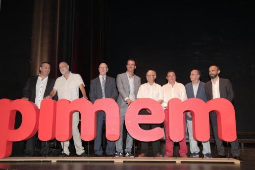 Jordi Mora, en el centro, con sus antecesores Rosselló, Mas, Garrido, Demetrio J. Peña, Cabrera, Ramis de Ayreflor y Rubio, durante la gala de la celebración del 40 aniversario de Pimem.