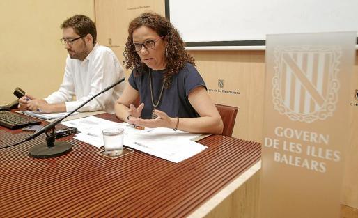 El director general de Pressuposts, Joan Carrió, con la consellera Catalina Cladera.