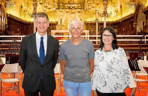 """Los anfitriones del concierto de la Fundación """"la Caixa"""" Elisa Durán y Xicu Costa felicitaron a Karl-Friedrich Beringer al finalizar la 'Misa de Coronación', de W.A. Mozart."""