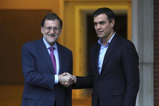 El presidente del Gobierno, Mariano Rajoy (i), y el secretario general del PSOE, Pedro Sánchez (d), se han reunido en el Palacio de la Moncloa.