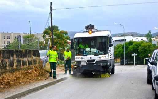 Imagen de operarios de Emaya junto a uno de los vehículos de limpieza en el año 2010.