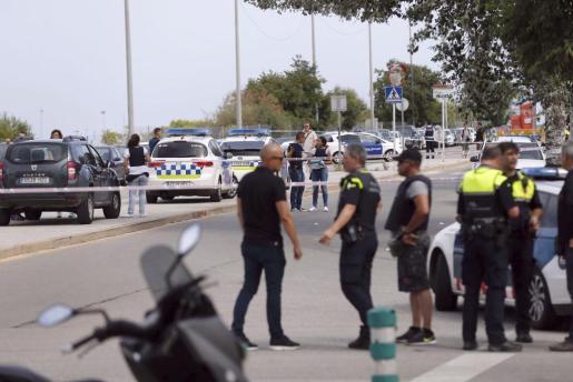 Agentes de los Mossos d'esquadra y policía local en el lugar del tiroteo.