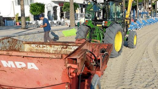 Una máquina de Sóller 2010 mientras trabajaba la semana pasada en la limpieza de la arena de la playa d'en Repic.