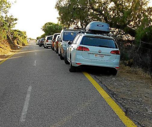 Pese a la linea amarilla los vehículos aparcan en la zona.
