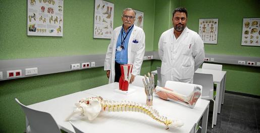 El director del Institut d'Investigació Sanitària, Miquel Fiol, y el secretario de la facultad, Antoni Oliver, en el laboratorio de ciencias morfológicas durante el curso pasado.